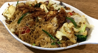 Stir-Fried Garlic & Chilli Brown Rice Noodles (Bihun Goreng)