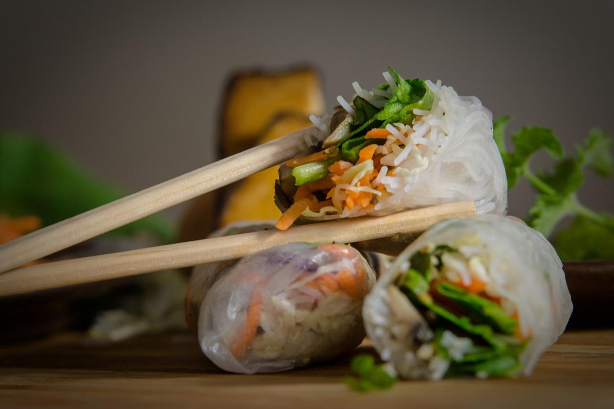 Fresh Vietnamese Spring Rolls with Peanut Dipping Sauce