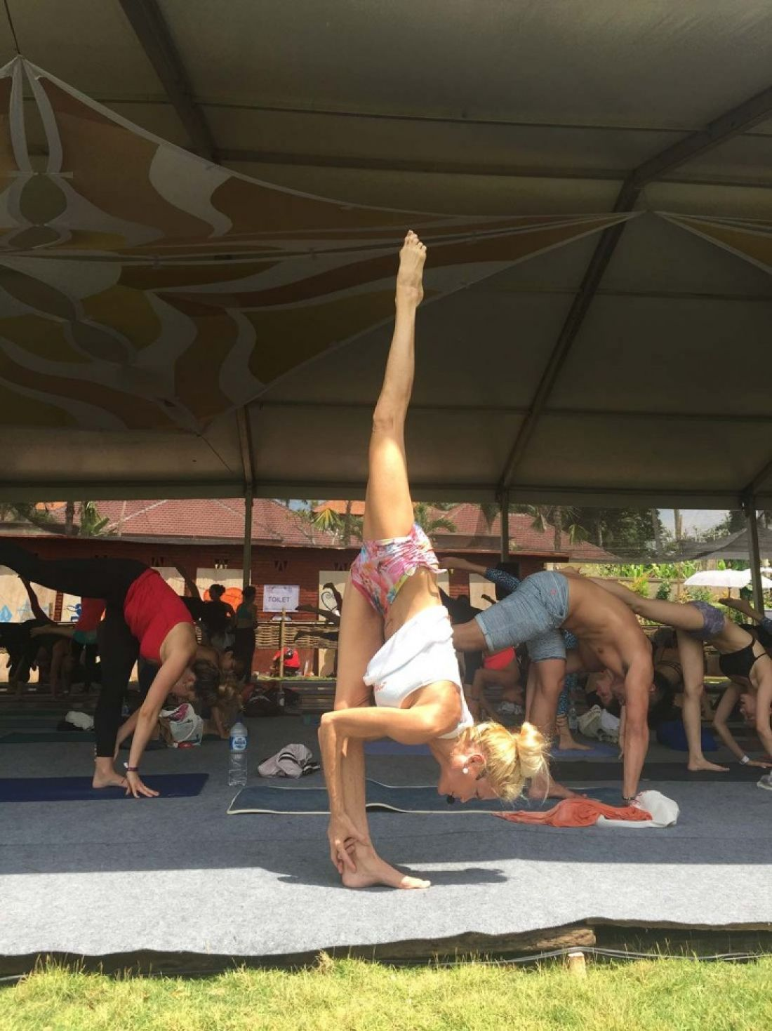 a1sx2_Original1_Pic-4b---Tymi-Howard-doing-the-Stand-Split.jpg