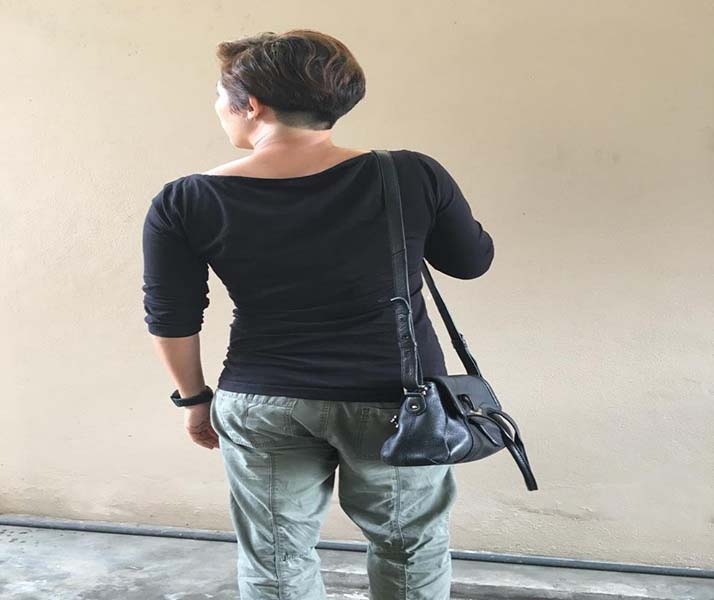 posture with hand bag